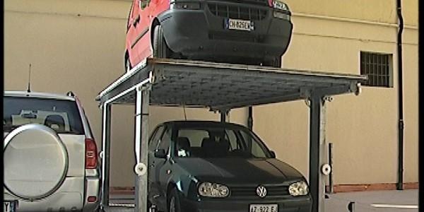 Sistema di parcheggio per autoveicoli a comando elettrico con movimentazioni oleodinamiche con due piattaforme per il parcheggio di un'auto sotto il livello cortile e la seconda a livello cortile/giardino; permette il parcheggio di due autovetture in maniera indipendente oppure di una autovettura a scomparsa sia all'interno che all'esterno