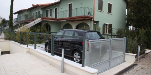 Montauto Mod B3 Elevatore per auto per auto a comando elettrico con movimentazioni oleodinamiche per traslazione di autovetture tra piani definiti a PANTOGRAFO SENZA PERSONA A BORDO e SENZA COLONNE SUL PIANALE