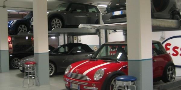 Mod DUPLICATORE Sistema per parcheggio auto senza fossa a comando elettrico con movimentazioni oleodinamiche a due posti sovrapposti inseribile in qualsiasi ambiente senza alcun bisogno di opere murarie.