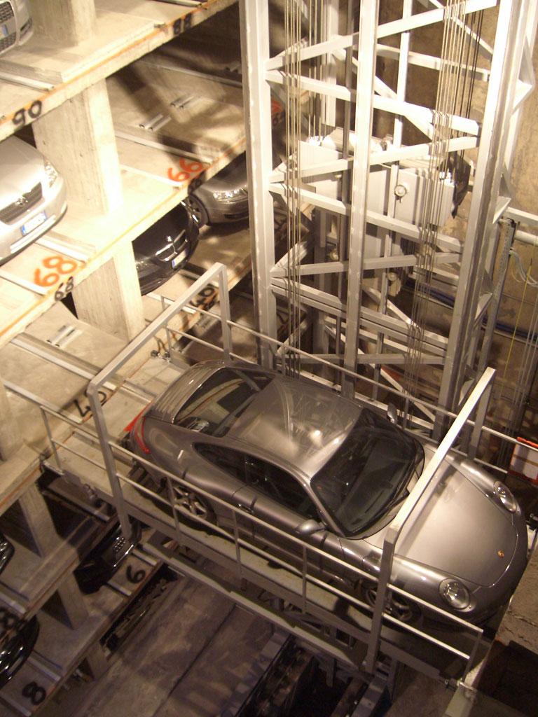I sistemi di parcheggio completamente automatici offrono all'utente il massimo comfort. Sono dotati di un'entrata unica nella quale è posta una piattaforma su cui viene lasciato il veicolo e in seguito misurato elettronicamente.