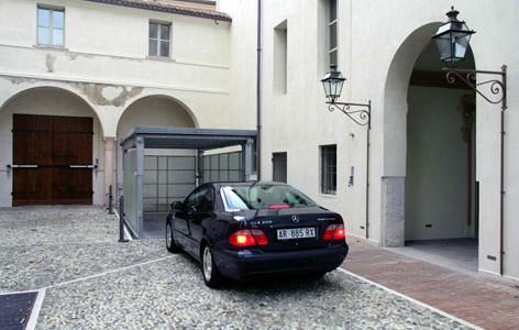 Elevatore per auto a comando elettrico con movimentazioni oleodinamiche per traslazione di autovetture tra piani definiti a pantografo con coperchio di chiusura fossa